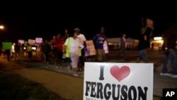 Protes damai di Ferguson, Missouri, di dekat lokasi Michael Brown ditembak.