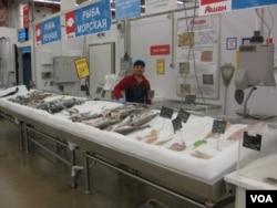 莫斯科超市中来自的塔吉克斯坦的售货员。