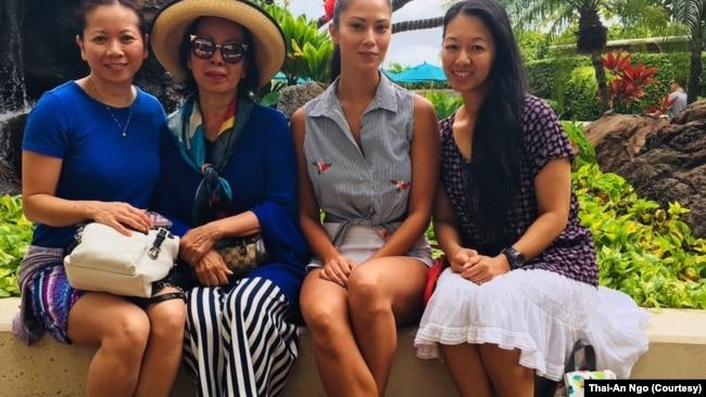Từ trái sang phải: Ngô Lan Đình, mẹ Ngô Thái An, Stefanie (em gái út) và Danielle mặc váy trắng khi cả nhà đến thăm Danielle ở Hawaii hồi năm 2018