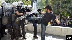 Một người biểu tình xô xát với cảnh sát trong khi cuộc tổng đình công 1 ngày diễn ra ở Athens, Hy Lập hôm thứ Năm 18/10/2012