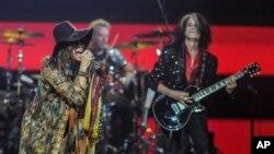 Kelompok band Aerosmith dalam salah satu pentas konser mereka (foto: dok). Aerosmith membatalkan konser di Jakarta atas alasan keamanan.
