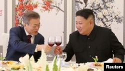 South Korean President Moon Jae-in makes a toast with North Korean leader Kim Jong Un during a luncheon at Samjiyon Guesthouse in Ryanggang province, North Korea, Sept. 20, 2018.