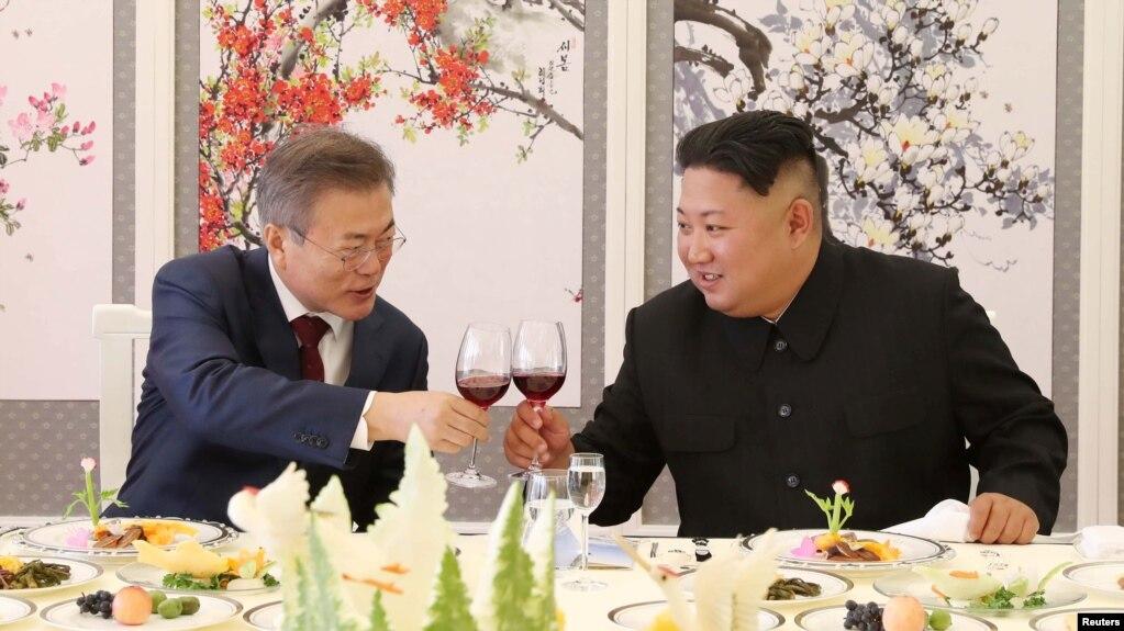 Tổng thống Nam Hàn (trái) và lãnh đạo Triều Tiên tại Bắc Hàn, 20 tháng Chín, 2018.