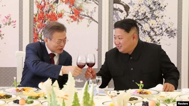 Tổng Thống Hàn Quốc, Moon Jae-in (trái) và lãnh tụ Triều Tiên, Kim Jong Un, tại Bắc Hàn, 20 tháng Chín, 2018.