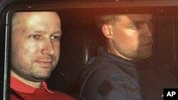 Breivik katlamdan üç gün sonra polis aracında götürülürken