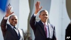 탄자니아를 방문한 오바마 미국 대통령(오른쪽)이 키퀘테 탄자니아 대통령과 함께 정부 청사 앞에서 군중에게 손을 흔들고 있다.