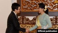 မွတ္တမ္းဓာတ္ပံု - ကုလလူသားခ်င္း စာနာမႈ အႀကီးအကဲ Ursula Mueller နဲ႔ ႏိုင္ငံေတာ္ အတိုင္ပင္ခံပုဂၢိဳလ္ ေဒၚေအာင္ဆန္းစုၾကည္တို႔ ေတြ႔ဆံုခဲ႔ၾကစဥ္။ (Myanmar State Counsellor Office)