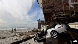 Rumah dan mobil warga di Queens, New York rusak akibat badai Sandy (5/11). Lebih dari 30 ribu rumah di New York porak-poranda akibat badai Sandy.
