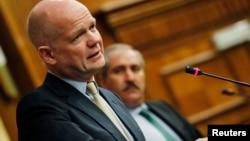 ທ່ານ William Hague ລັດຖະມົນຕີການຕ່າງປະເທດອັງກິດ ກ່າວຕໍ່ກອງປະຊຸມ ແລະທ່ານ Nasser Judeh (ຂວາ) ລັດຖະມົນຕີການຕ່າງປະເທດຂອງຈໍແດນ ໃນກອງປະຊຸມ ທີ່ນະຄອນຫລວງອໍາມານຂອງຈໍແດນ ບ່ອນທີ່ລັດຖະມົນຕີຂອງ 11 ປະເທດເຂົ້າຮ່ວມໃນວັນທີ 22 ພຶດສະພາ 2013.
