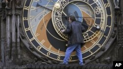 El horólogo Otakar Zamecnik controla el reloj astronómico de Praga.