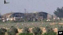 Hangar di pangkalan udara Shayrat tampak rusak pasca serangan rudal Tomahak AS, Jumat (7/4).