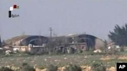 Кадр из видеозаписи, показанной сирийским ТВ 7 апреля 2017 года, демонстрирующий ангары, поврежденные в результате авиаудара США по сирийской авиабазе Шайрат