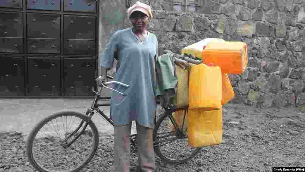 Cette dame livre à vélo l'eau qu'elle puise du lac Kivu