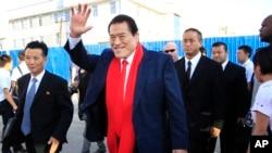 지난 2014년 전직 프로레슬러 안토니오 이노키 의원이 평양에서 열린 프로레슬링 대회에 참석하기 위해 순안 공항에 도착했다. (자료사진)