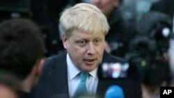 Walikota London, Boris Johnson, membuat pernyataan tentang sikapnya tentang keanggotaan Inggris dari Uni Eropa di luar rumah kediamannya di London hari Minggu (21/2).