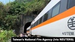 Para penumpang berjalan di samping kereta yang anjlok di terowongan di utara Hualien, Taiwan, 2 April 2021. (Foto: Dinas Pemadam Kebakaran Nasional Taiwan via Reuters)