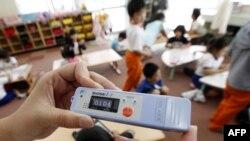 В Японії вчитель вимірює рівень радіації у початковій школі за межами 20-кілометрової зони навколо станції Фукусіма.