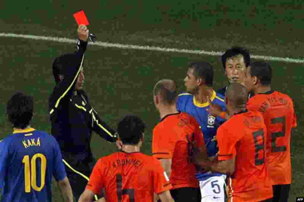 Фелипе Мело (Бразилия), третий справа, показана красная карточка арбитром Юичи Нишимура (Япония), второй слева, во время четвертьфинала футбольного матча между Нидерландами и Бразилией на стадионе «Нельсон Мандела Бэй» в Порт-Элизабет, Южная Африка. Пятни