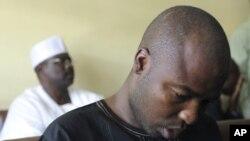 Mshukiwa wa kundi la Boko Haram, Ali Sanda Umar Kondugaakiwa mahakamani akiwa na seneta Ali Ndume wakati wa kesi yake huko Nigeria November 22, 2011.