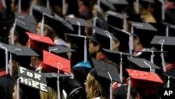 Siswa menghadiri upacara kelulusan di University of Alabama di Tuscaloosa, AS, 6 Agustus 201. (Foto: AP)