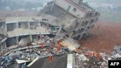 2015年12月20日援救人员在深圳山体滑坡现场搜寻幸存者。