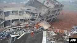 Tim SAR mencari para penyintas yang tertimbun longsor di kawasan industri Shenzhen, provinsi Guangdong (20/12).