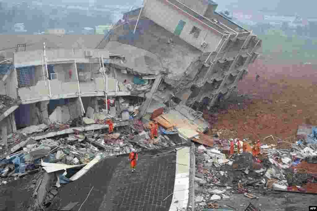 중국 남부 광둥성 선전의 한 산업단지에서 산사태로 30여 동의 건물이 흙에 묻혔다.