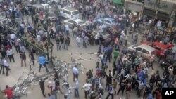 埃及抗议者11月24日聚集在开罗的高等法院外面