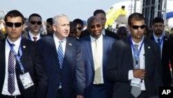 PM Israel Benjamin Netanyahu (kedua dari kiri) bersama pasukan keamanan Israel saat tiba di bandara Entebbe, Uganda hari Senin (4/7).
