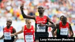 Asbel Kiprop célèbre sa victoire sur 1500 mètres lors des championnats mondiaux, en Russie, le 18 août 2013.