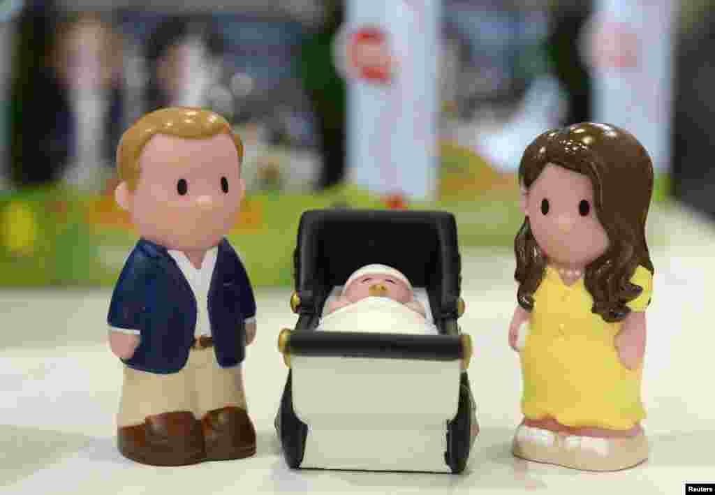 Boneka Pangeran William dan istrinya Catherine, Duchess of Cambridge, serta bayi mereka yang baru lahir, dijual di toko Mothercare di London (23/7). (AP/Paul Hackett)