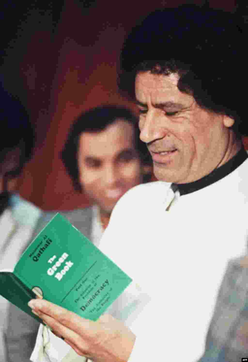 Муаммар Каддафи читает свою «Зеленую книгу» в Ливии. 5 января 1984 года