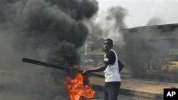 Masu zanga-zanga sun kona tayu a kan tituna lokacin gangamin nuna kin jinin janye tallafin farashin man fetur a Lagos, talata 3 Janairu 2012.
