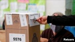 Un hombre emite su voto en un colegio electoral durante las elecciones legislativas primarias, en Buenos Aires, Argentina, el 12 de septiembre de 2021.