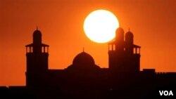 Berbagai komunitas masyarakat Muslim di Amerika setiap tahunnya mengundang para penceramah dari Indonesia untuk mengunjungi berbagai kota dalam rangka Safari Ramadan.