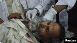 Seorang korban ledakan bom di wilayah Bajaur, Pakistan, dilarikan ke rumahsakit di Peshawar untuk mendapatkan perawatan (4/5). Sedikitnya 20 orang tewas dalam insiden di dekat pos polisi tersebut.