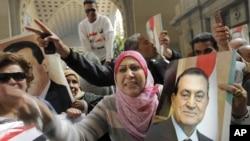 Сторонники Хосни Мубарака приветствуют решение суда о новом слушании дела Мубарака. Каир, Египет. 13 января 2013 года