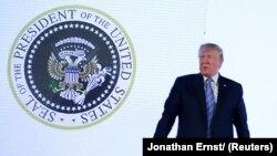 Во время выступления Трампа на сцену спроецировали изображение фальшивой Президентской печати