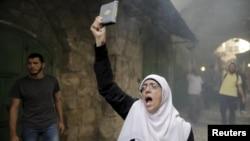 2015年9月13日以色列警察阻止巴勒斯坦婦女進入耶路撒冷舊城聖殿阿克薩清真寺大院。