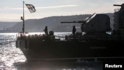 烏克蘭海軍士兵3月5日在克里米亞港口一艘烏克蘭艦艇上升起烏克蘭國旗