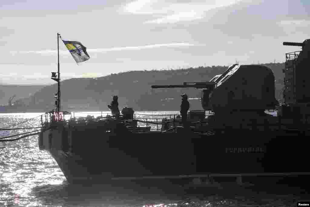 Ukrainian Navy soldiers raise their flag on top of the Ukrainian navy corvette Ternopil at the Crimean port of Sevastopol, March 5, 2014.