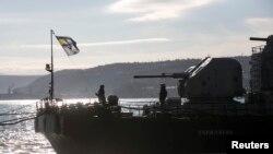 乌克兰海军士兵3月5日在克里米亚港口一艘乌克兰舰艇上升起乌克兰国旗