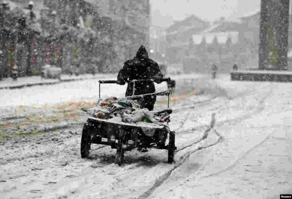 بھارت کے زیر انتظام کشمیر میں یہ موسم سرما کی دوسری برف باری ہے۔