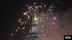 迎接2013年,台北101大樓煙花齊放。(美國之音申華拍攝)