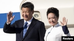 Chinese President Xi Jinping and first lady Peng Liyuan arrive at Paine Field in Everett, Washington, Sept. 22, 2015.