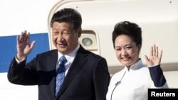 中国国家主席习近平与中国第一夫人彭丽媛抵达美国华盛顿州。 (2015年9月22日)