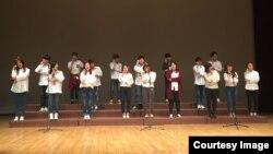 17일 서울 관악문화원에서 열린 '제 4회 투원페스티벌'에서 탈북 청소년 대안학교 '우리들학교' 학생들이 '효사랑 콘서트' 공연을 펼치고 있다.