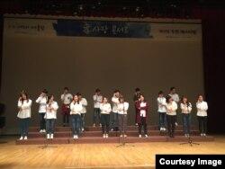 지난해 10월 서울 관악문화원에서 열린 '제 4회 투원페스티벌'에서 탈북 청소년 대안학교 '우리들학교' 학생들이 '효사랑 콘서트' 공연을 펼치고 있다.