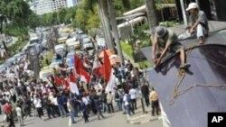 Demonstran melakukan protes di luar gedung Komisi Pemberantasan Korupsi (KPK) di Jakarta. (Foto: Dok)