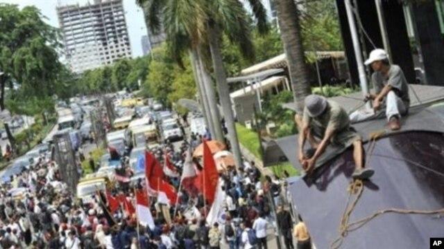Indonesian anti-corruption demonstrators rally outside the Corruption Eradication Commission (KPK) headquarters in Jakarta, 2010 to mark the World Anti-Corruption Day, 09 Dec 2010